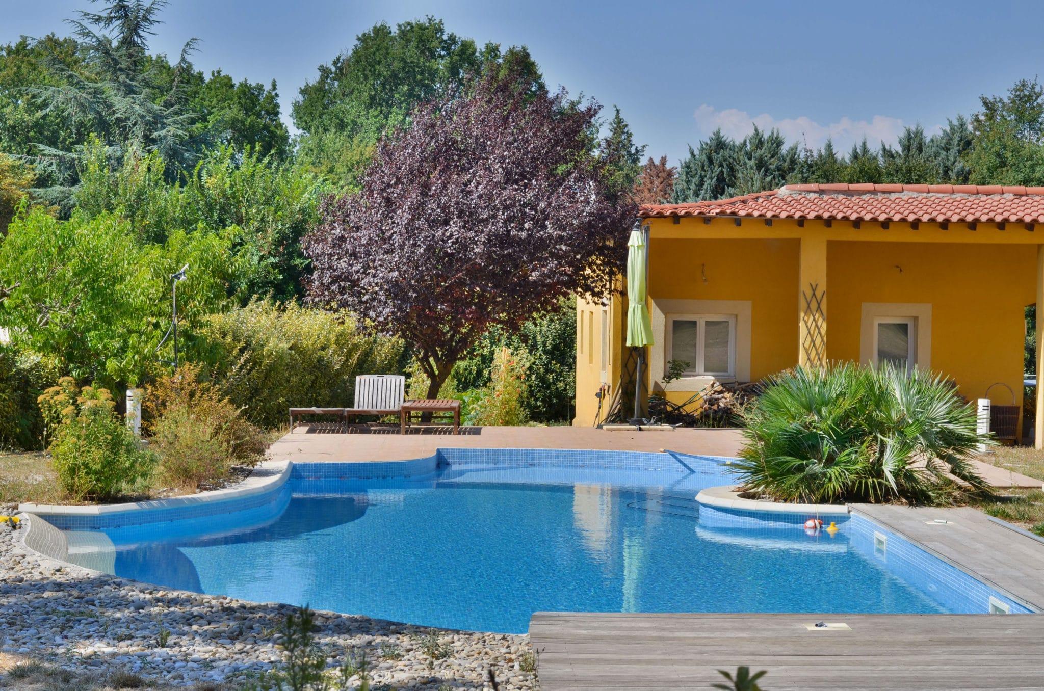 belle maison provençale avec piscine forme libre pool house