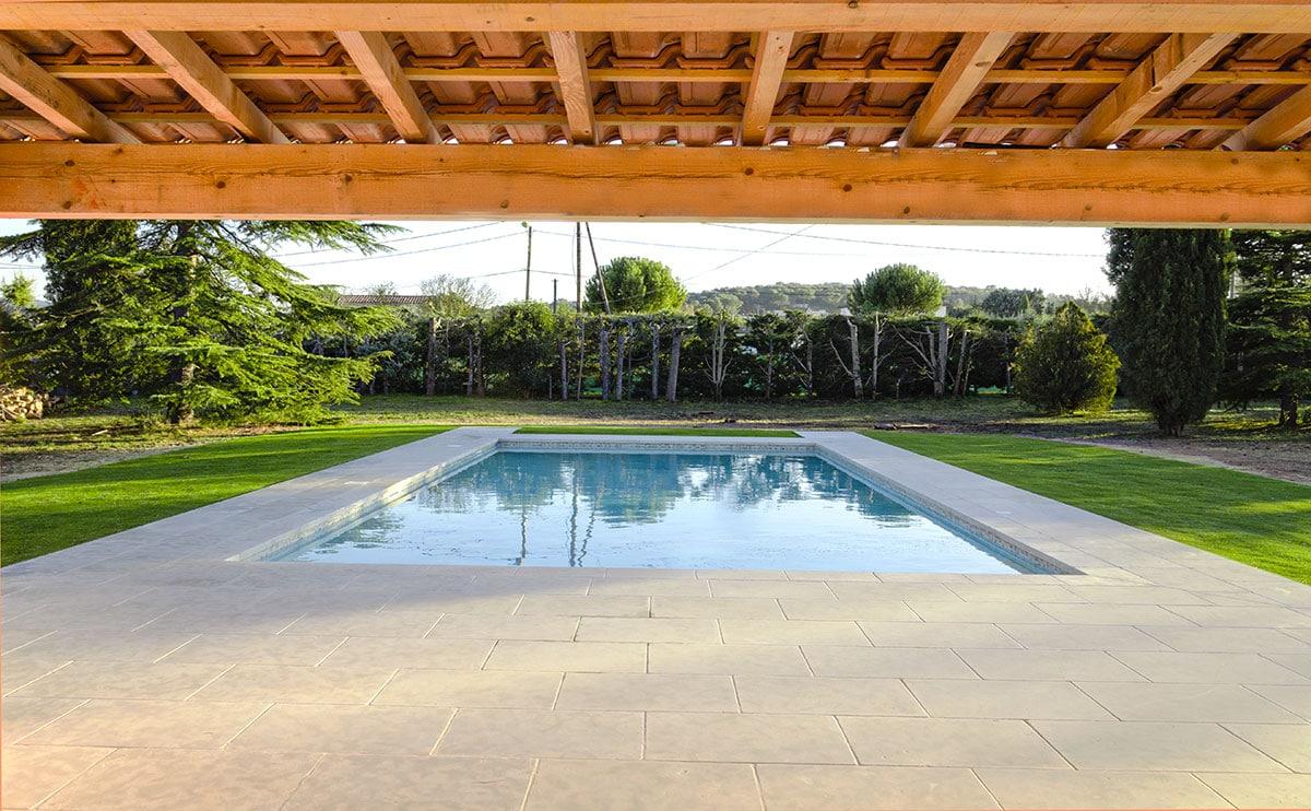 piscine rectangulaire sous un magnifique pool house