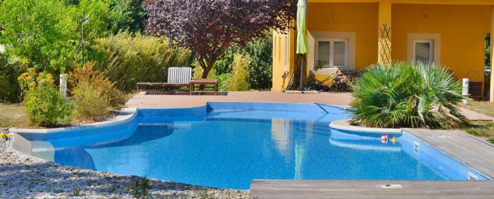 une piscine en mosaïque couleur bleu dans le sud de la France .var et bouches du rhône en forme libre