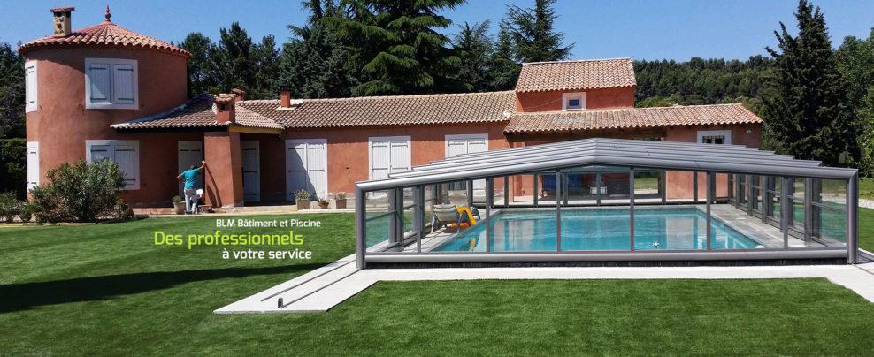 une garnde maison avec piscine couverte