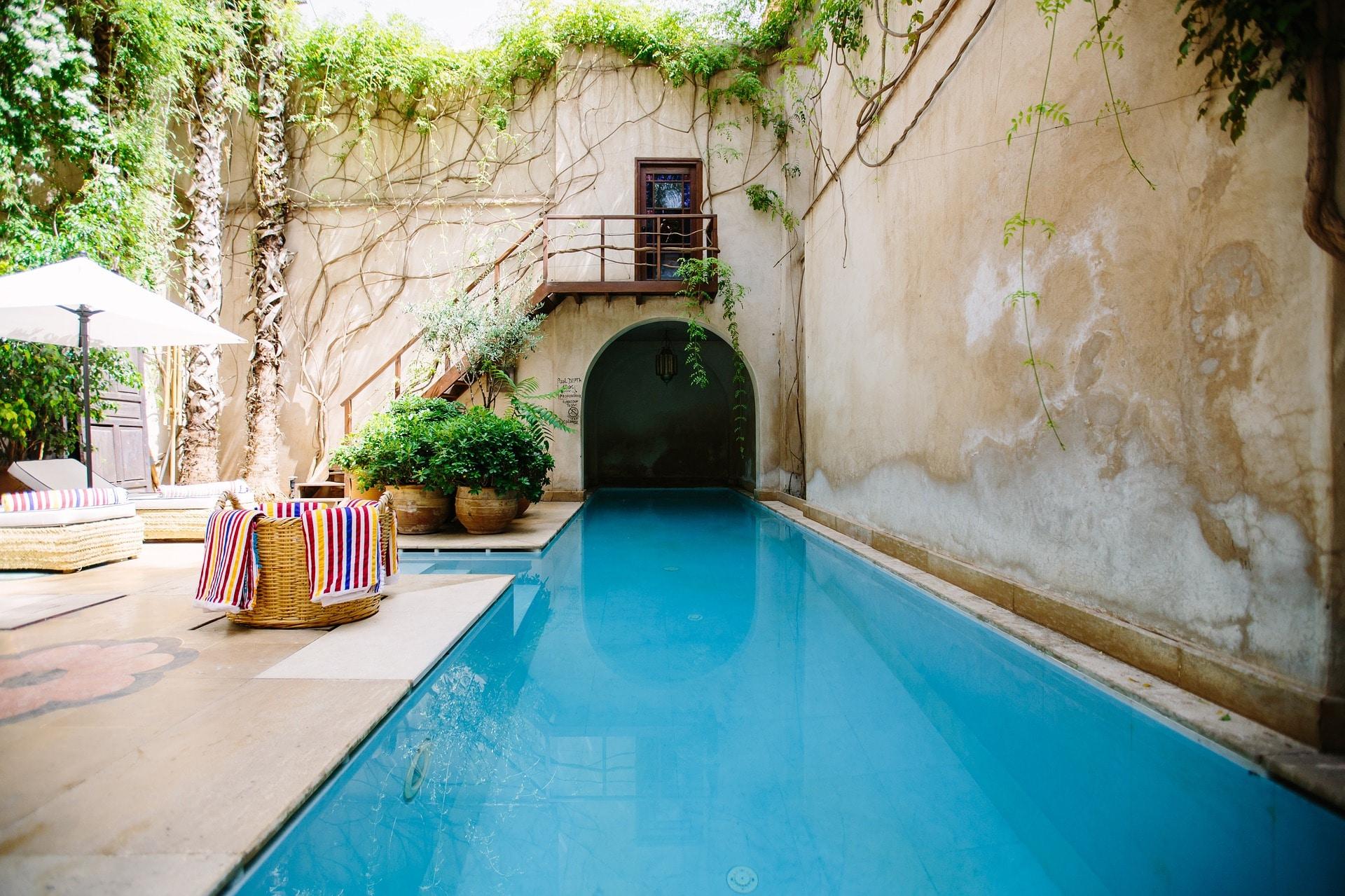 une piscine rectangulaire en couloir de nage dans un magnifique mas de la region du var