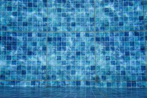 une piscine en mosaïque couleur bleu dans le sud de la France .var et bouches du rhône.