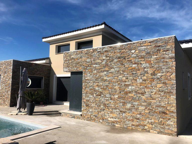 maison moderne avec façade en pierre dans la région du var en renovation