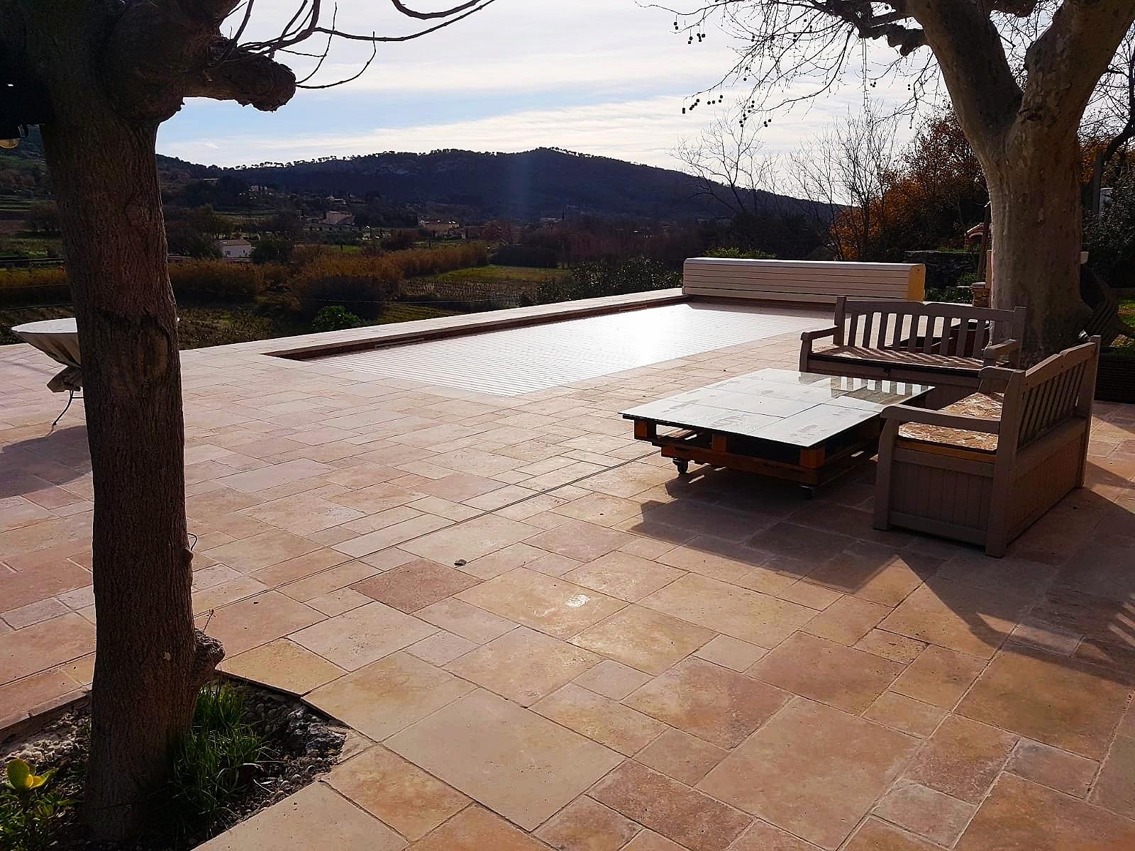 construction de terrasse avec piscine et pierre naturel dans le var